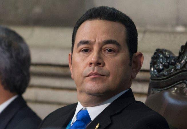 El presidente de Guatemala, Jimmy Morales, mira al Congreso antes de ofrecer su segundo discurso sobre el Estado de la Nación en Ciudad de Guatemala,  (AP Foto/Moisés Castillo)