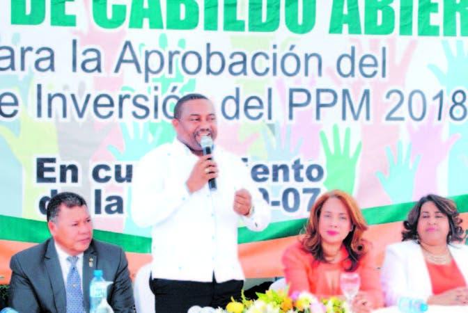 Alcalde René Polanco se dirige al público en la asamblea de cabildo abierto en sede del ayuntamiento
