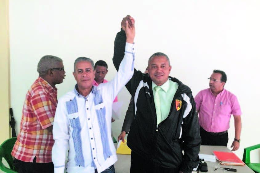 Apolinar Peralta, derecha, levanta la mano a Américo Cabrera, presidente reelecto en la ACDS.