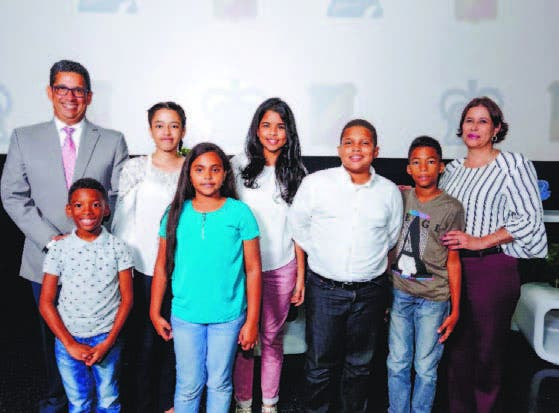 Augusto Ramírez junto a estudiantes beneficiados con becas.