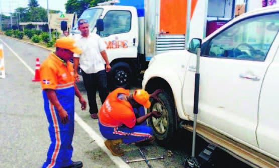 Brigadas en plena labor de asistencia en autopista Duarte