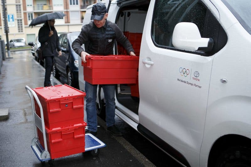 COI descarga cajas con expedientes frente al Tribunal de Arbitraje Deportivo para ser usados en la audiencia por los casos de 39 atletas rusos contra el COI, en Ginebra, Suiza, el lunes 22 de enero de 2018. (Salvatore Di Nolfi/Keystone via AP)