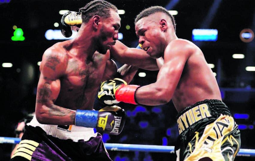 El dominicano Javier Fortuna y Robert Easter intercambian golpes en la pelea del pasado sábado
