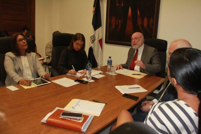 El ministro Pedro Vergés encabezó la reunión junto a otros funcionarios del Ministerio de Cultura. (1)