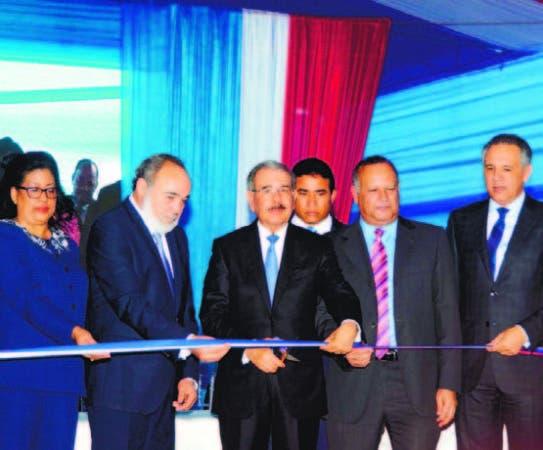 El presidente Medina corta la cinta que dejó inaugurado el centro.