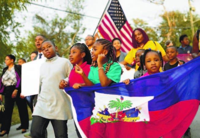 En Miami, Estados Unidos, personas mostraron su apoyo a los haitianos y protestaron contra Trump.