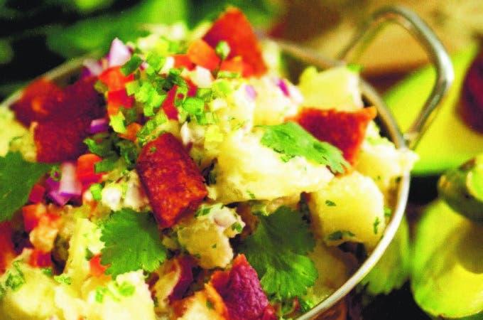 Ensalada de yuca, chicharrón y aguacate. Es una de las más de veinte recetas con productos dominicanos.