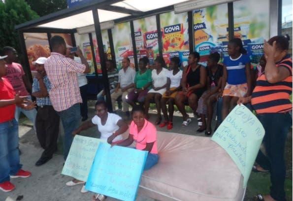 Haitianos se encadenan en reclamo de pagos salarios atrasados