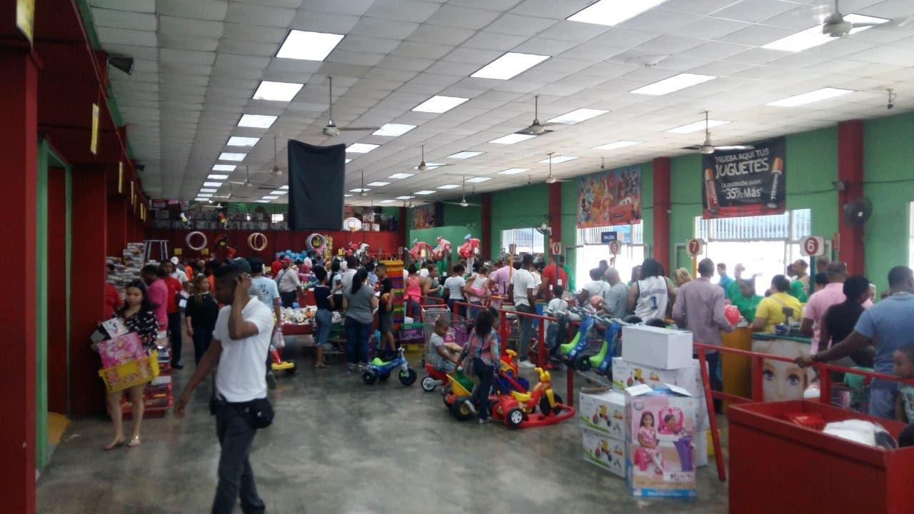 Videos: Ciudadanos siguen comprando juguetes por Día de los Reyes ;Establecimientos trabajarán hasta …