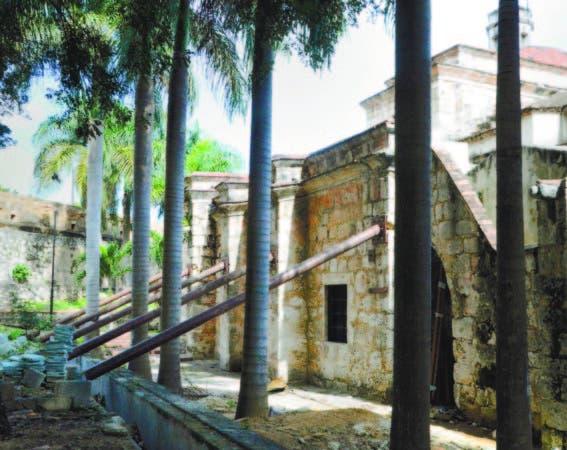 La Iglesia Santa Barbara, Patrimonio Cultural Mundial por la Unesco, 1990. Su reconstrucción está suspendida por un conflicto entre Oisoe y Patrimonio Monumental.