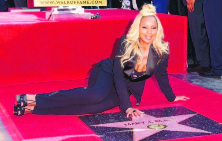 La cantante y actriz estadounidense Mary J. Blige junto a su estrella el paseo de la fama de Hollywood.