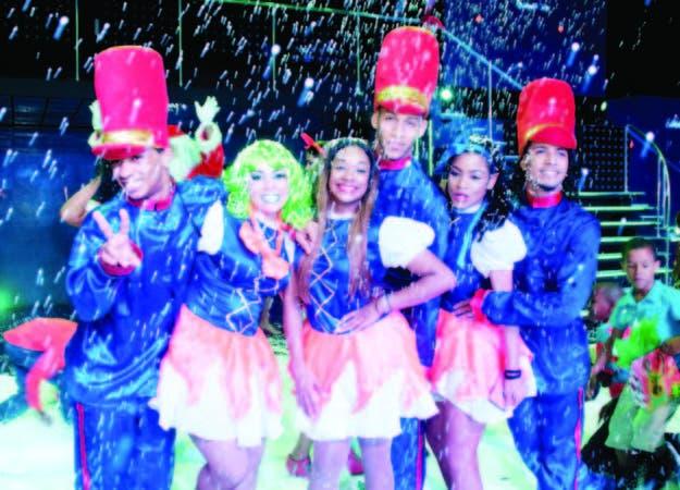 Más de 40 bailarines se presentaron en un espectáculo lleno de talento, luces y sonido.
