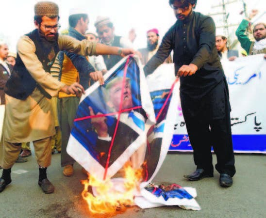 Pakistaníes protestan contra Trump por congelar ayuda a Islamabad