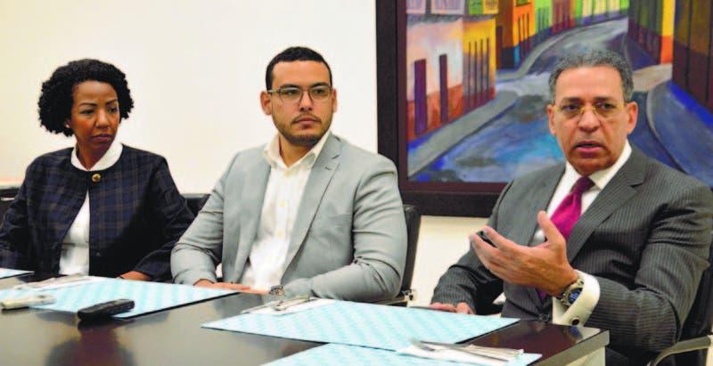 Patricia Cuevas y Miller Juan, representantes de URBE, junto a Osiris de León, experto en geociencias en el Encuentro Económico de HOY.