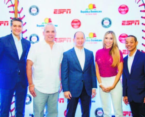 Shariff Quiñones, Ernesto Jerez, Omar Acosta, de Claro, Carolina Guillén y Enrique Rojas, durante el anuncio.