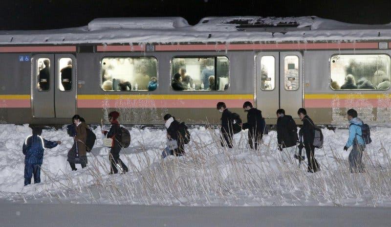 Tren con 430 personas queda varado en la nieve en Japón