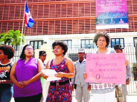 Uno de los momentos que feministas protestaron frente al Congreso.