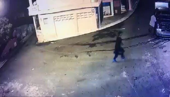 Circula video muestra momento en que fue asesinado un teniente de la Policía en Los Alcarrizos