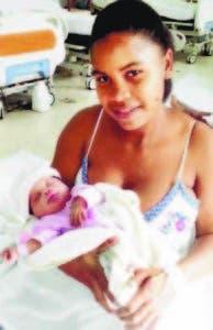 Yaritza Santana y su bebé