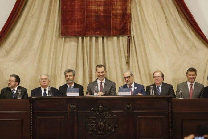 Rey Felipe VI e integrantes de la mesa de honor.