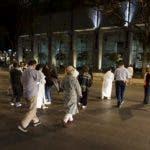 Las personas salieron a la calle al sentir el sismo. AFP.