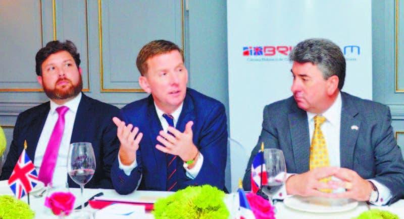 Al centro John McKendrick, junto al embajador británico, Chris Campbell y José A. Rodríguez, presidente