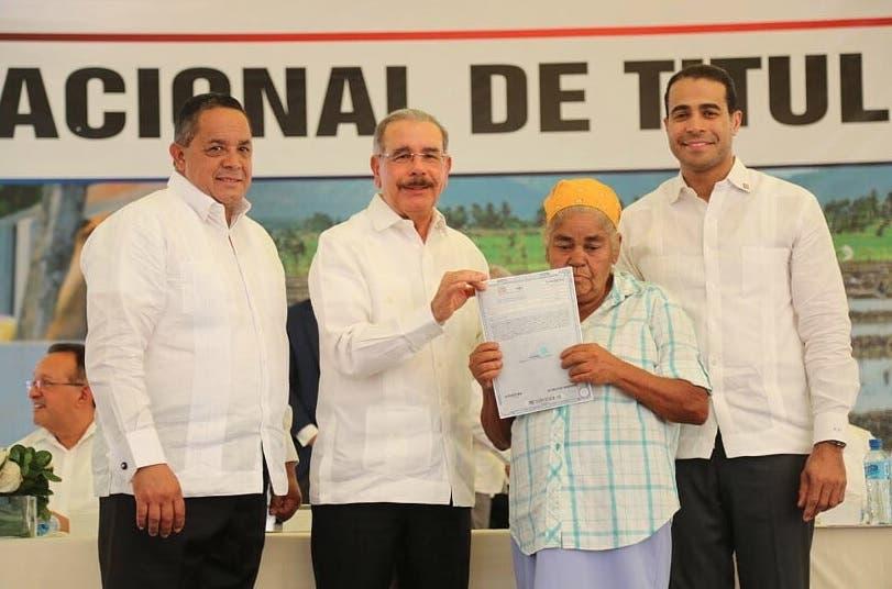 Presidente Medina entrega 1,304 títulos en la provincia Duarte
