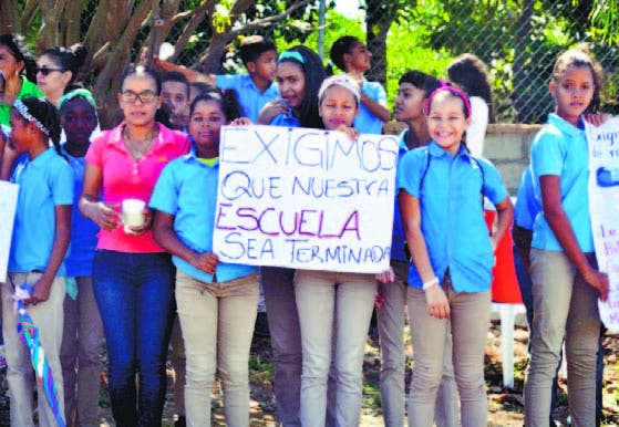 Estudiantes apostados en la carretera que conduce a Puntarena