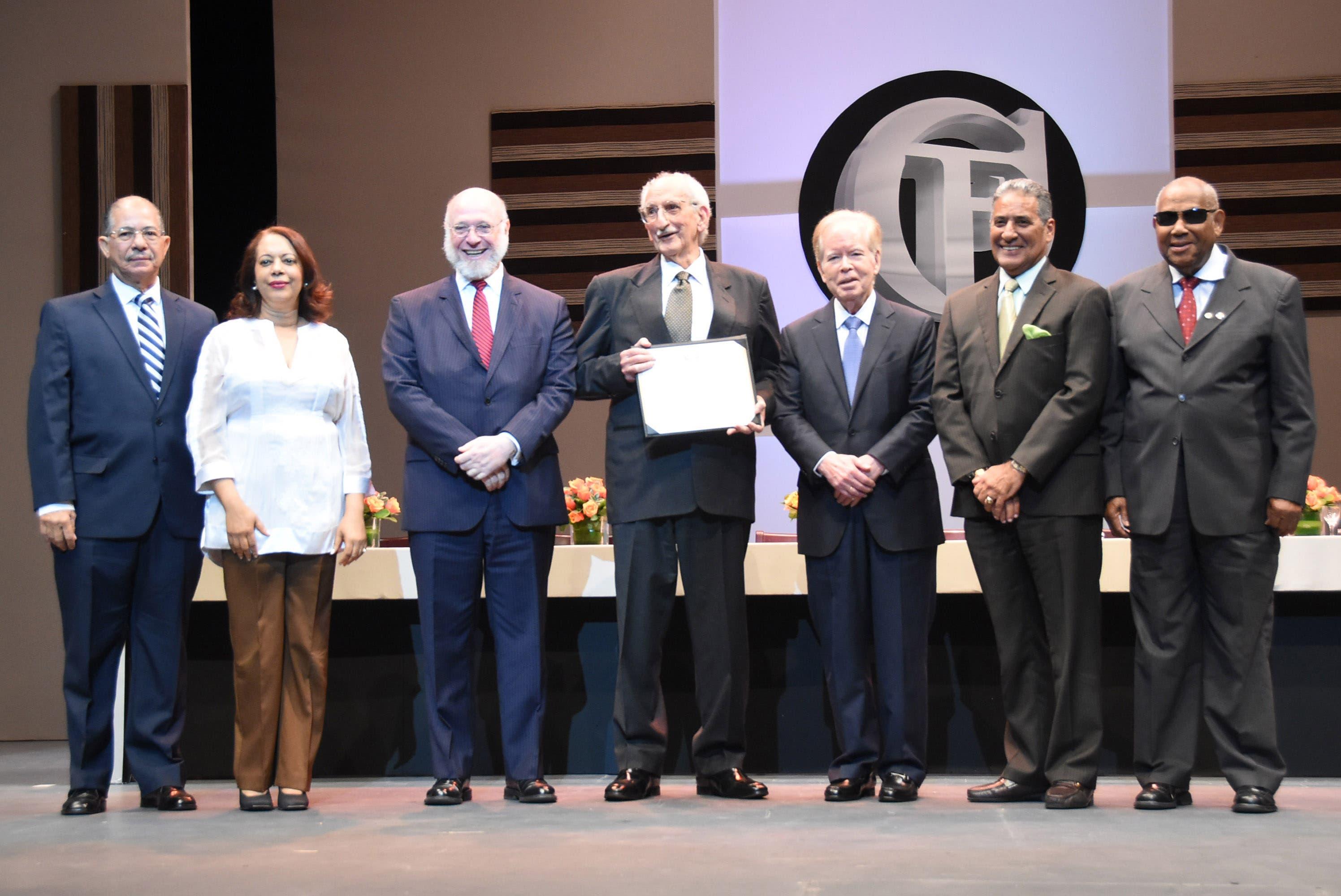 Manuel Salvador Gautier recibe el Premio Nacional de Literatura