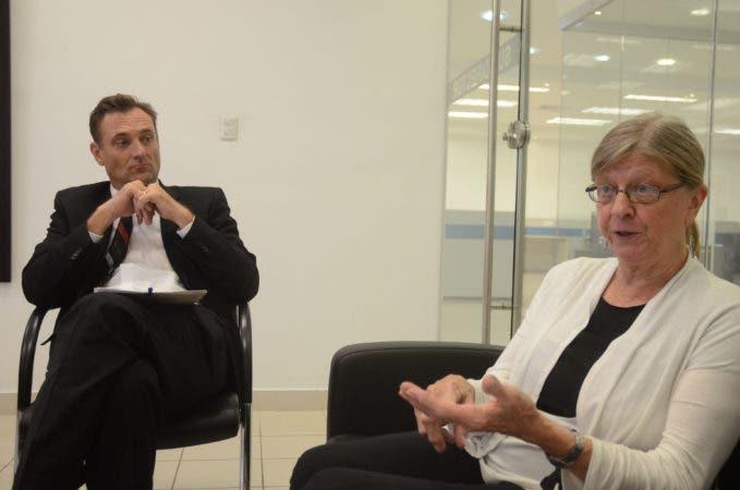 Chase Beaner, Embajada de los Estados Unidos de América, Jodi Crandall, profesora de ingles de Embajada de los Estados Unidos de América, durante una visita al periódico hoy Santo Domingo Rep. Dom. Pedro Sosa.
