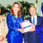 La gobernadora Aura Toribio entrega un ejemplar del Plan de