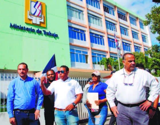 Los empleados llevaron sus demandas al Ministerio de Trabajo