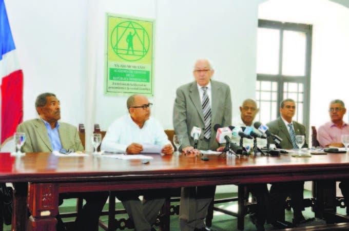 Luis Scheker Ortíz, presidente de la Academia, encabeza rueda de prensa sobre minería en San Juan