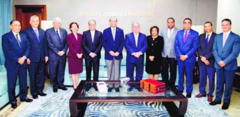 Miembros del Pleno de la JCE reciben credenciales de nuevos delegados del PLD en el órgano electoral