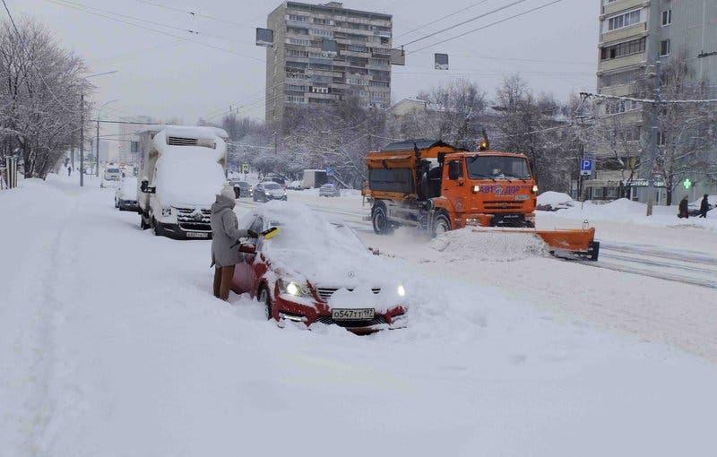 Una enorme nevada demora vuelos y cancela clases en Moscú