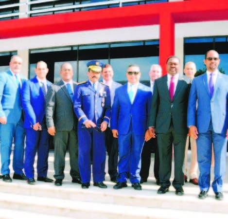 Olumuyiwa Benard Aliu, junto a ejecutivos del IDAC