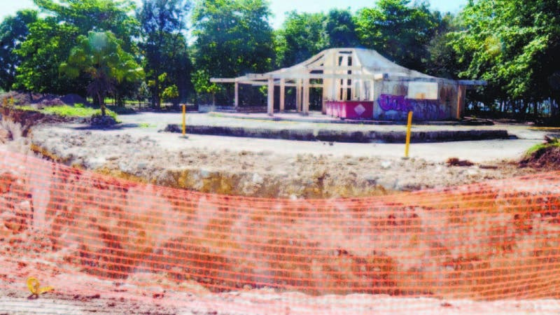 Parte de las excavaciones por el centro del Parque Nacional Submarino La Caleta, frente al aeropuerto.