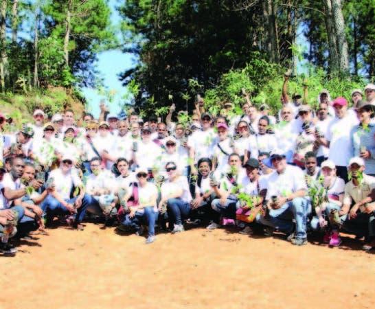 Parte de los ejecutivos, empleados y voluntarios de Helados Bon que