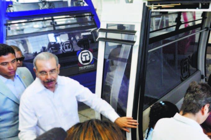 Presidente Danilo Medina en cabina del Teleférico en Sabana Perdida, llegó hasta Charles de Gaulle.