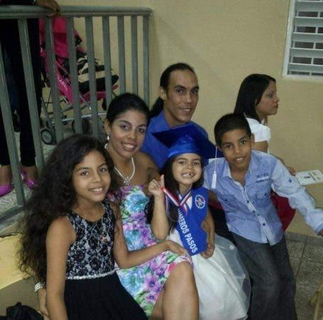 La mujer y sus hijos al lado del hombre que los asesinó.