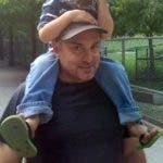 Riley pasea a su sobrino sobre los hombros en el zoo High Park de Toronto, Canadá. Jon desapareció en 2013 durante un viaje a Toronto pero no hubo pistas sobre su paradero hasta la detención, en 2018, del presunto asesino en serie Bruce McArthur, que ha sido acusado de seis muertes. El caso de Jon Riley sigue abierto. (Judi Riley via AP)