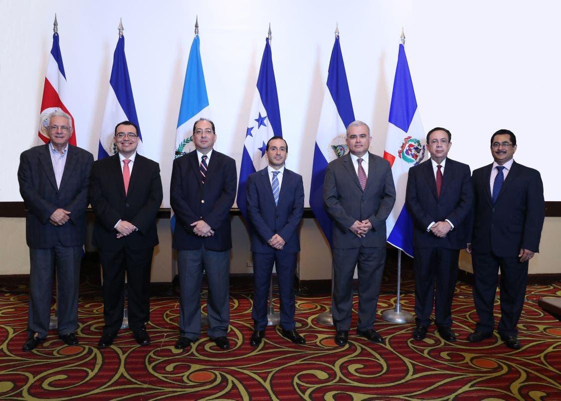 Los presidentes y gobernadores de bancos centrales participantes en la 282 Reunión del CMCA, celebrada en Managua, Nicaragua.