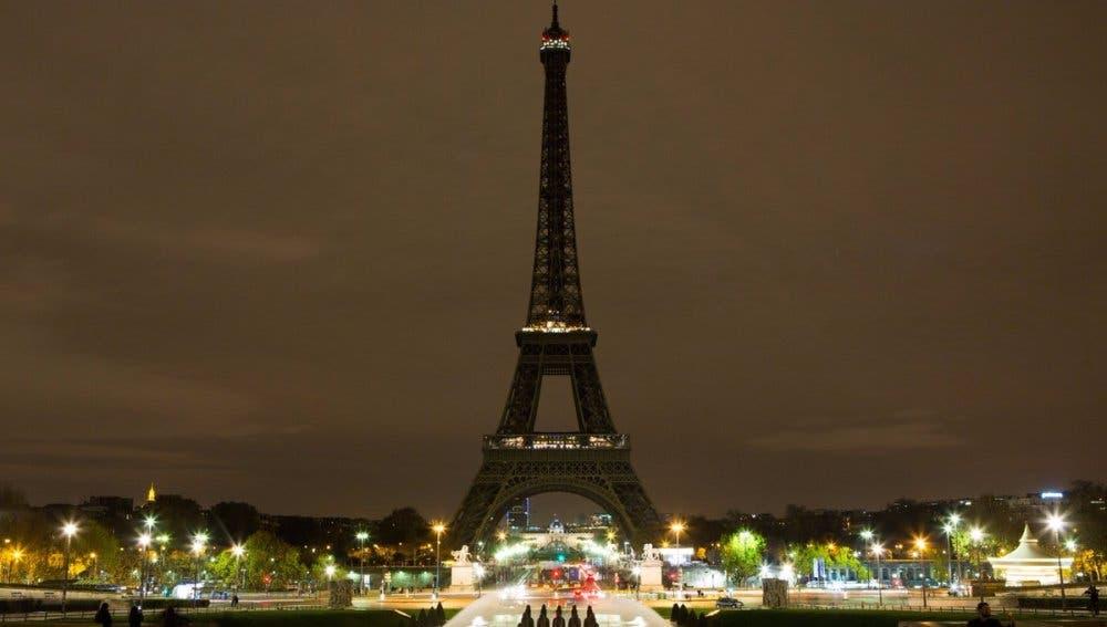 La Torre Eiffel apagará sus luces en honor a víctimas del ataque terrorista