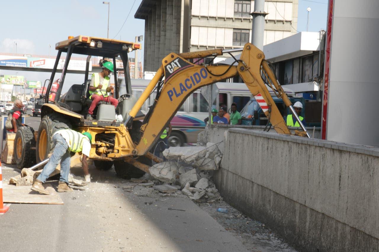 Video: Ayuntamiento del Distrito Nacional inicia demolición verja Agencia Bella