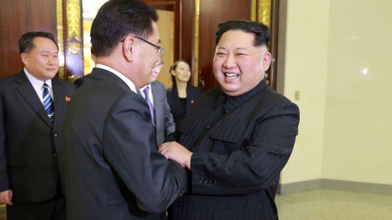 En esta imagen, tomada el 5 de marzo de 2018 y proporcionada por el gobierno de Corea del Norte el 6 de marzo de 2018, el líder norcoreano Kim Jong Un (delante derecha), saluda al director de seguridad nacional de Corea del Sur, Chung Eui-yong (delante izquierda), durante una visita a Pyongyang, Corea del Norte. (Agencia Central Coreana de Noticias via AP)