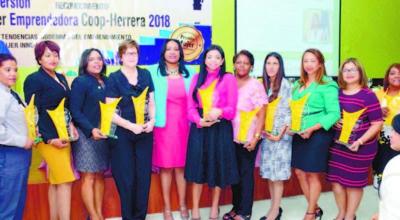 Al centro la fiscal Yeni Berenice Reynoso junto a otras mujeres reconocidas por sus aportes a la sociedad
