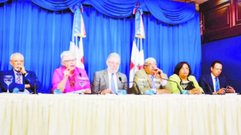 Altagracia Guzmán Marcelino junto a otros representantes del sector Salud en el Palacio Nacional.