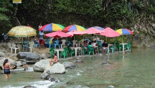 Bañistas abarrotan balnearios de Bonao