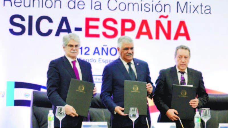 Canciller español, Alfonso Dastis; canciller dominicano, Miguel Vargas, y secretario del Sica Vinicio Cerezo.