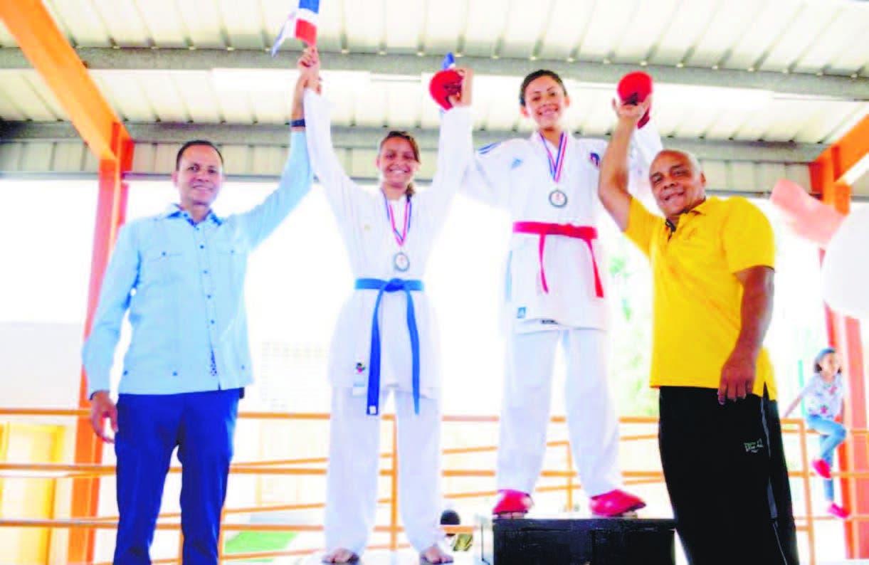 Edi Medina (izquierda) premia a Darialaris Ortiz y Nicole Morales, ganadoras de oro y plata en el karate.
